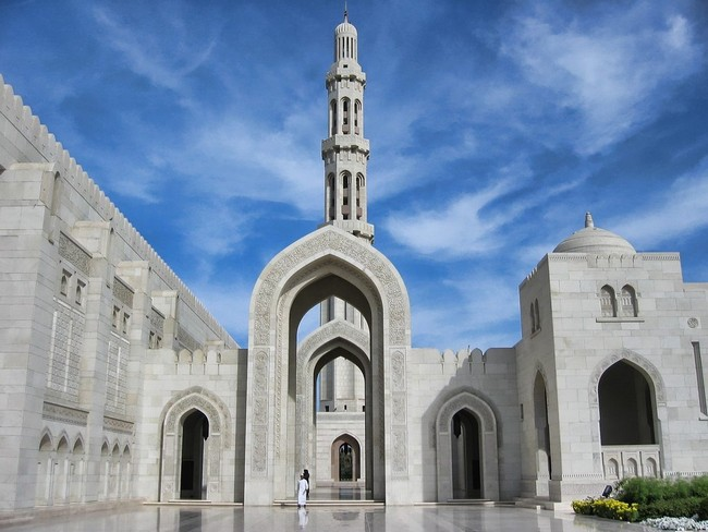 sultan-qaboos-grand-mosque-in-muscat-oman-arch (1)